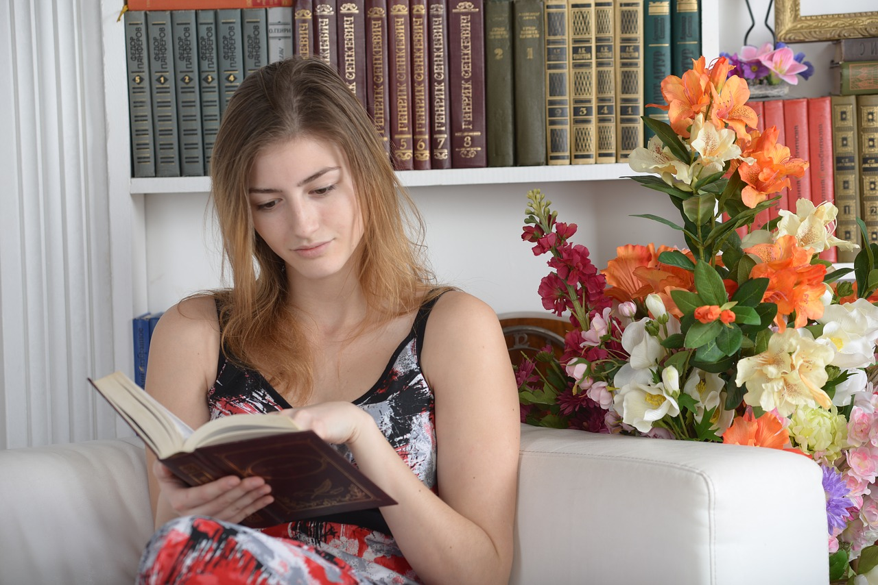 文字を読む。パソコンと紙面とでは読み取れる内容に差があります